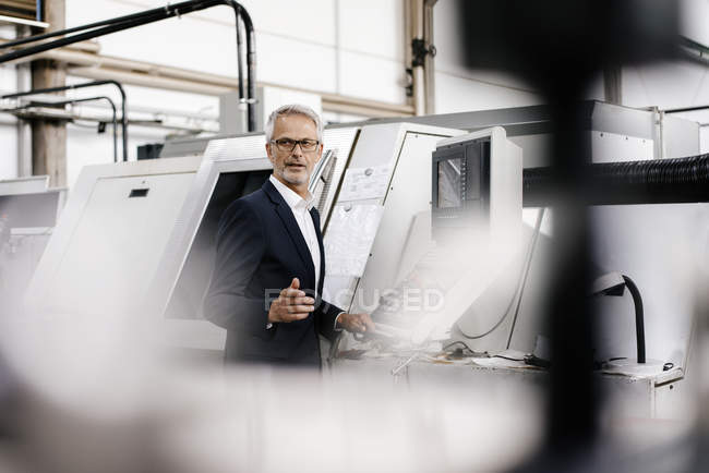 Manager in Hightech-Unternehmen mit Computer — Stockfoto