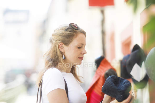 Young woman shopping at daytime — Stock Photo
