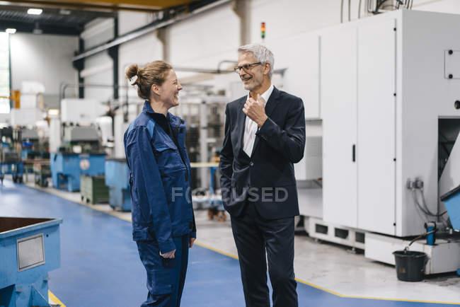 Responsable et travailleur qualifié de l'entreprise de haute technologie ayant une réunion — Photo de stock