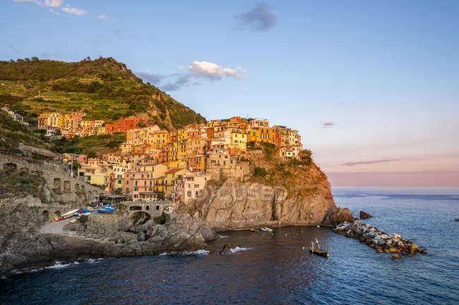 Italie, Ligurie, Cinque Terre, Manarola le soir — Photo de stock