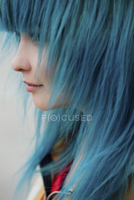 Jovem com cabelo azul tingido, close-up — Fotografia de Stock