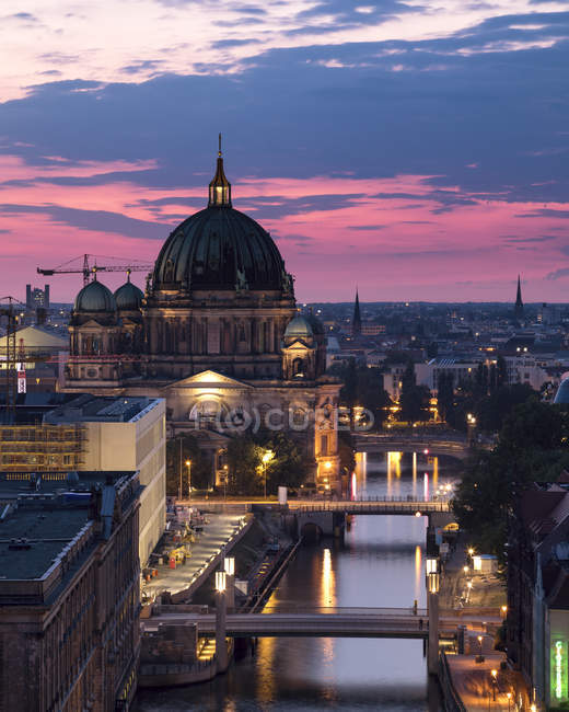Germania, Berlino, elevata vista sulla città al crepuscolo del mattino — Foto stock