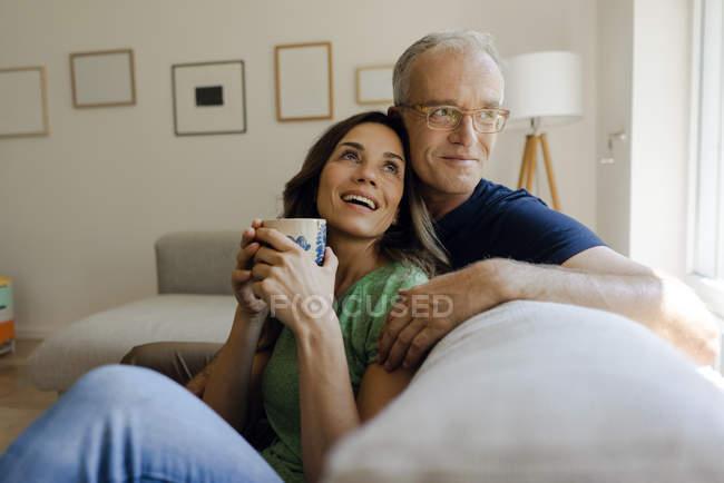Щаслива Зріла пара сидячи на дивані будинку — стокове фото