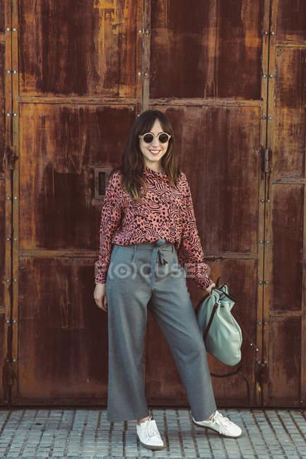 Ritratto di donna alla moda in città — Foto stock