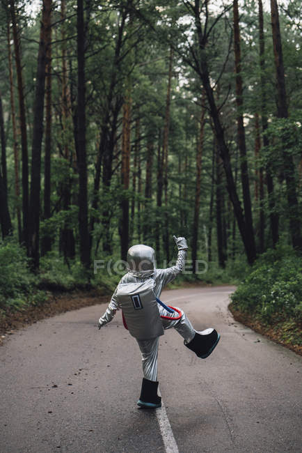 Spaceman fooling around on road in forest — Foto stock