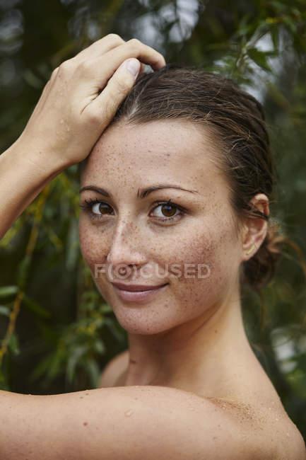 Retrato de jovem sardenta na natureza — Fotografia de Stock