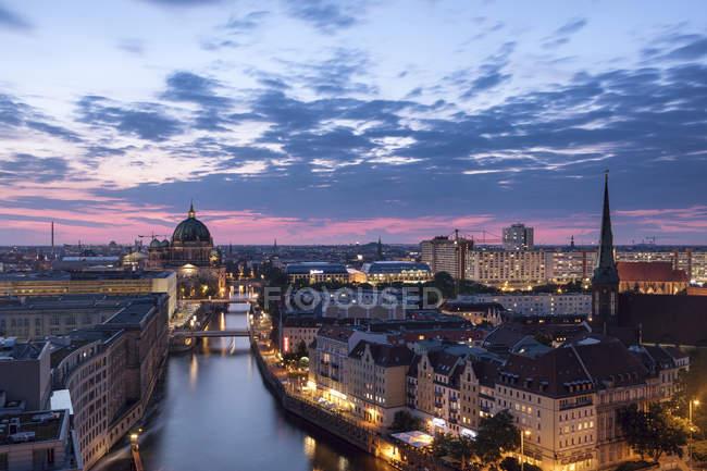Allemagne, Berlin, vue sur la ville au crépuscule du matin — Photo de stock