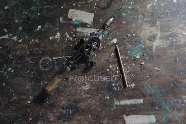 Alte Handbohrer und Bleistift in der Werkstatt — Stockfoto