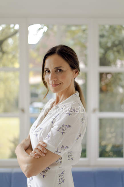Портрет уверенной зрелой женщины дома — стоковое фото