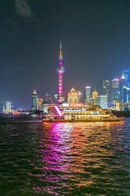 Китай, Шанхай, освітлені горизонт Пудун вночі — стокове фото