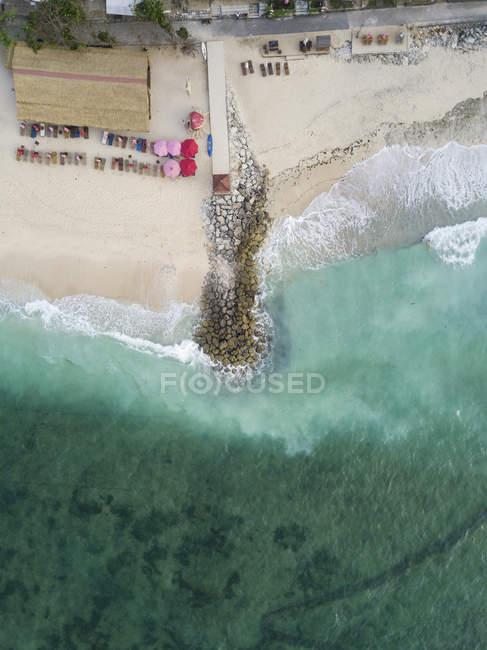 Indonésia, Bali, vista aérea da praia de Pandawa, molhe — Fotografia de Stock