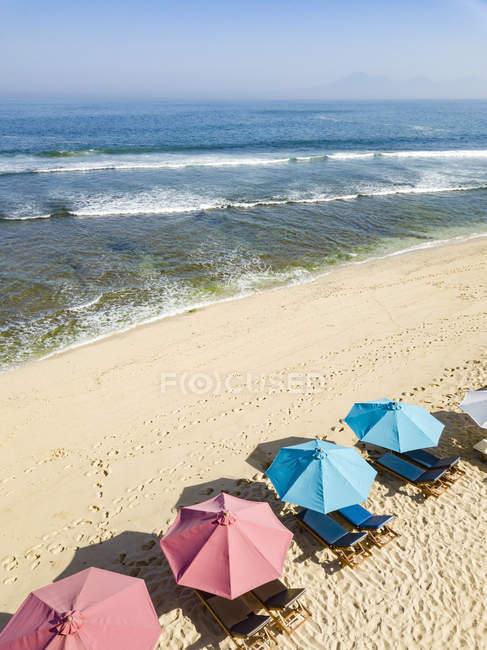Indonesia, Bali, Veduta aerea della spiaggia di Balangan, lettini e ombrelloni — Foto stock