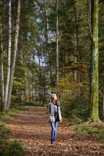 Рыжеволосая девочка-подросток наслаждается осенним лесом — стоковое фото