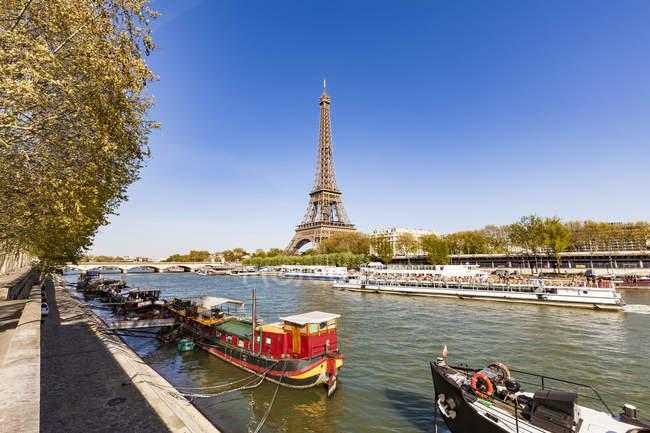 Francia, Parigi, Torre Eiffel e tour boat sul fiume Senna — Foto stock