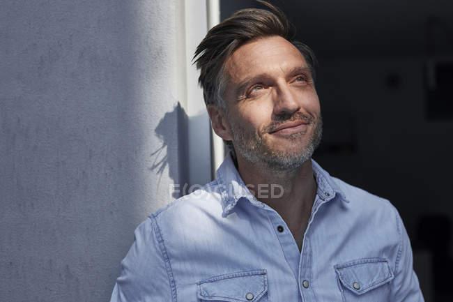 Porträt eines lächelnden Mannes in der Abenddämmerung — Stockfoto
