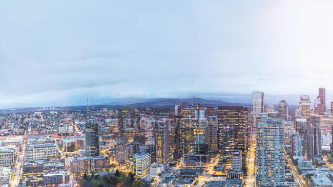 États-Unis, État de Washington, Seattle, Skyline, Centre-ville le soir — Photo de stock