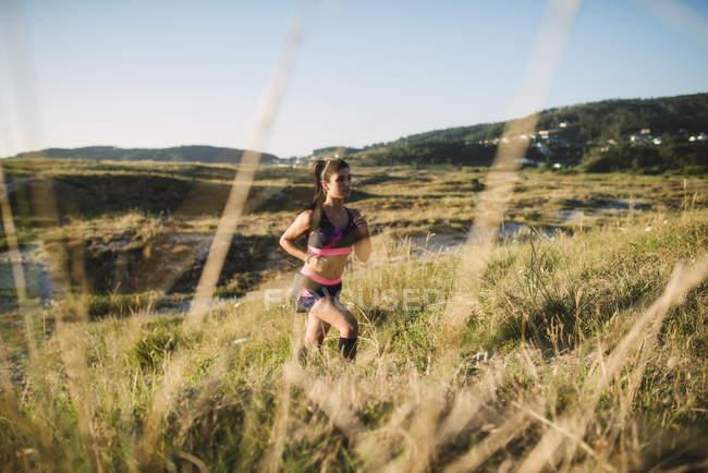 Formation de jeune sportive sur la côte, jogging — Photo de stock