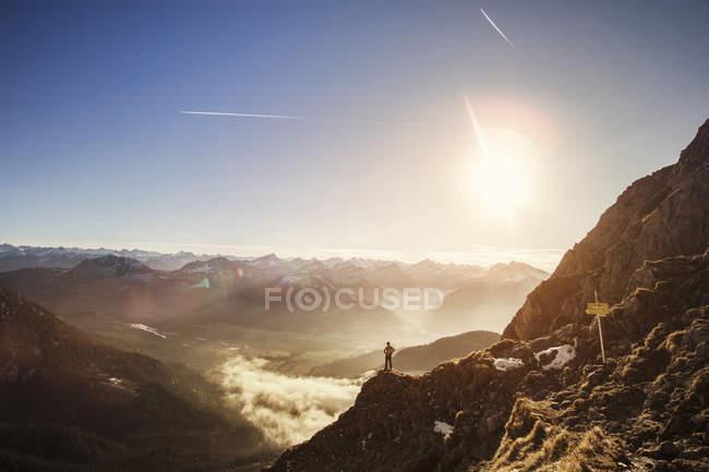 Німеччина, Альґеу Альпи, людина з гір насолоджується краєвидом. — стокове фото