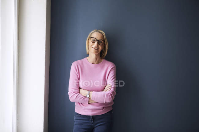 Portrait of confident mature woman standing at home — Stock Photo