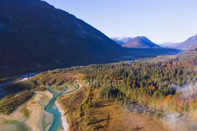 Alemania, Lenggries, Isarwinkel, Vista aérea del río Isar, afluente a la presa Sylvenstein en otoño - foto de stock