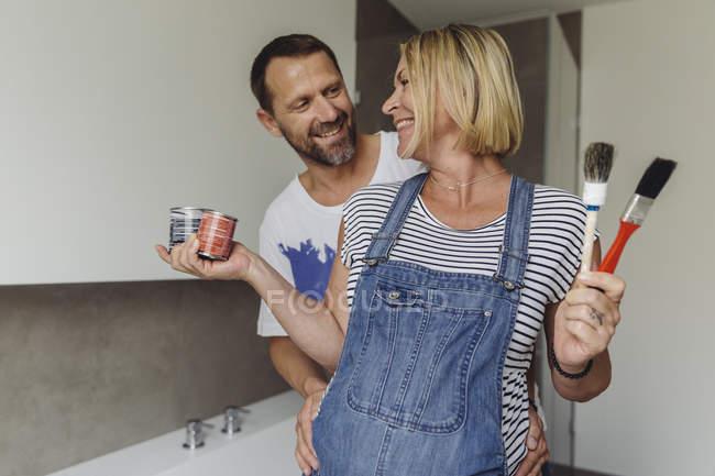 Щасливий вагітна пара живопис додому — стокове фото