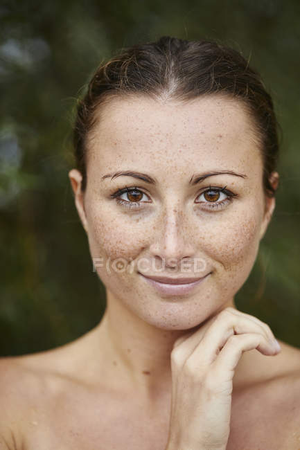 Портрет веснушки молодой женщины в природе — стоковое фото