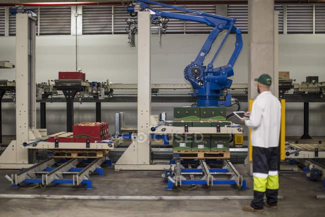 Progresso da máquina de verificação do trabalhador usando o painel de controle — Fotografia de Stock