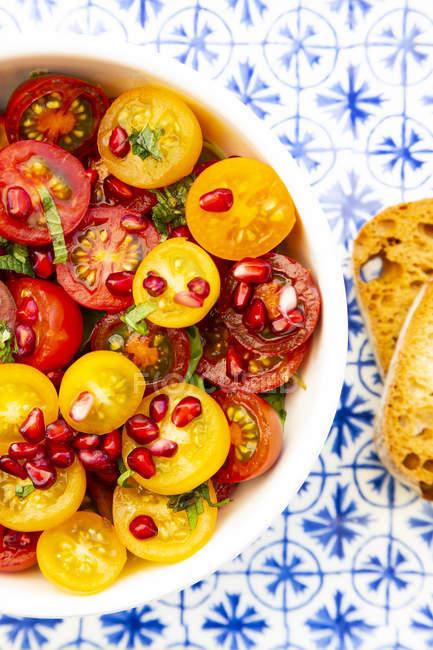 Salade de tomates orientales aux graines de grenade et menthe — Photo de stock