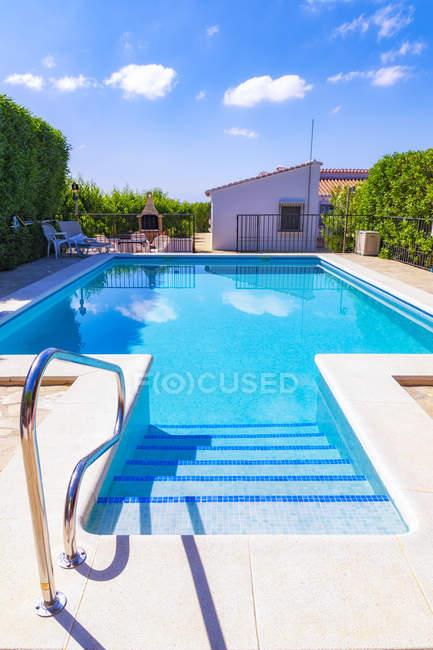 Испания, Мондрон, бассейн в дневное время — стоковое фото