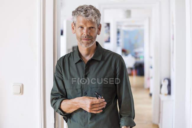 Porträt des reifen Mannes mit grauen Haaren und Stoppeln zu Hause — Stockfoto