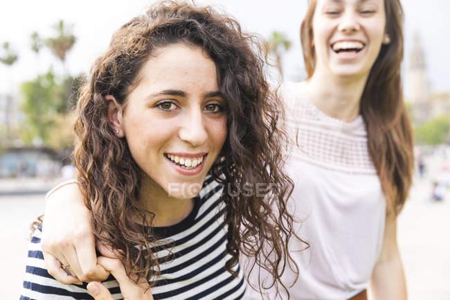 Ritratto di due amiche felici all'aperto — Foto stock