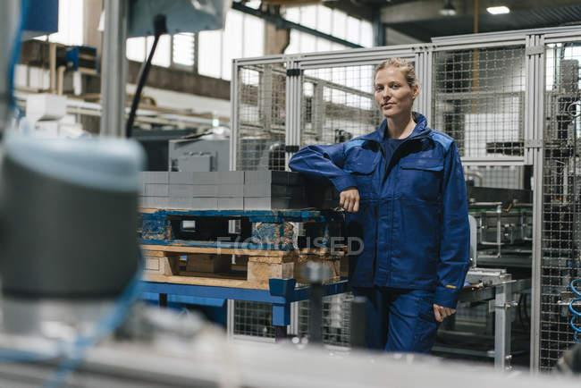 Молода жінка, яка працює у високотехнологічних компаній, портрет — стокове фото