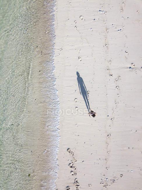 Indonesia, Bali, Vista aérea de la playa de Karma Kandara, mujer de pie en la playa - foto de stock