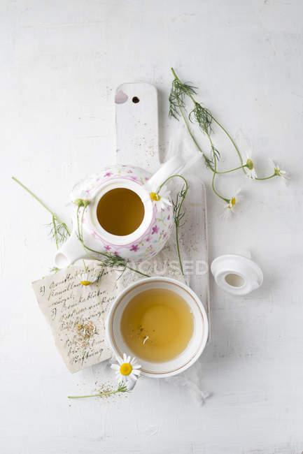 Thé à la camomille en pot et tasse — Photo de stock