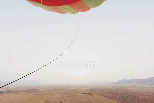 Marruecos, vista desde el globo aerostático en el desierto y las montañas Jbilet - foto de stock