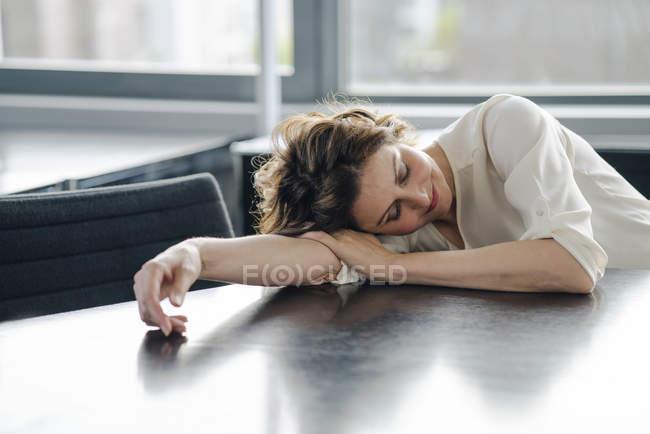 Mulher de negócios tired que dorme no escritório na mesa — Fotografia de Stock