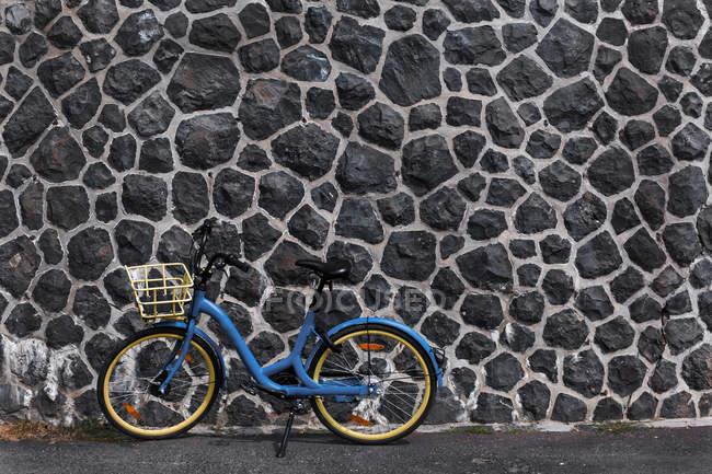 Alemanha, Hesse, Frankfurt, bicicleta azul da cidade — Fotografia de Stock