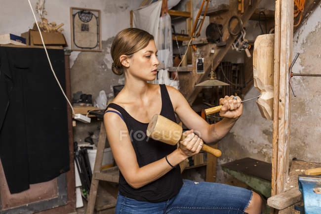 Escultora escultura figura de madeira — Fotografia de Stock