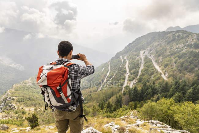 Italia, Massa, senderismo y tomar una foto de la vista en el Alpi Apuane - foto de stock