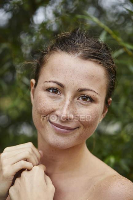 Portrait de jeune femme tachetée dans la nature — Photo de stock