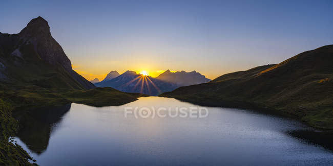 Germany, Bavaria, Allgaeu, Allgaeu Alps, Lake Rappensee, Kleiner Rappenkopf at sunset — Fotografia de Stock
