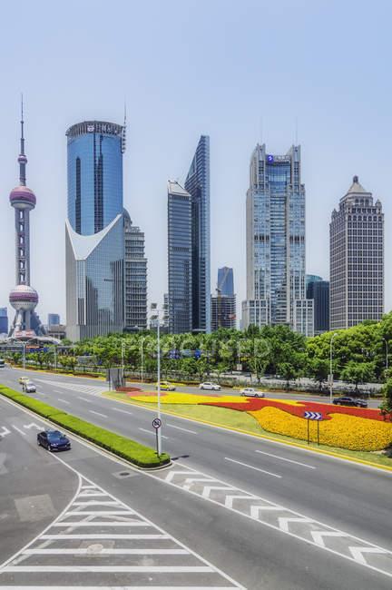 China, Shanghai, Lujiazui, vista al horizonte - foto de stock