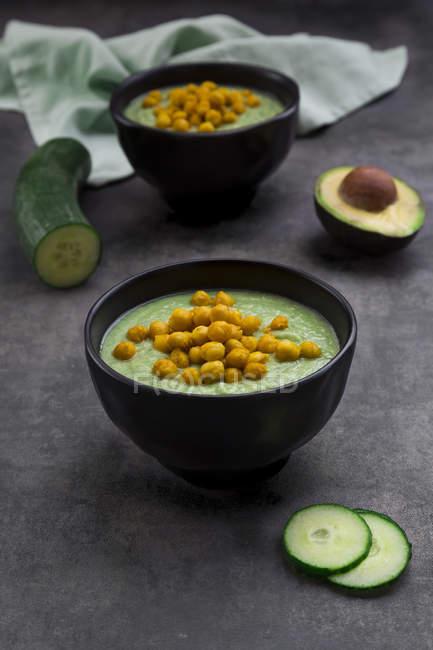 Чаша зеленого gazpacho з авокадо і запеченого курячого горошку — стокове фото