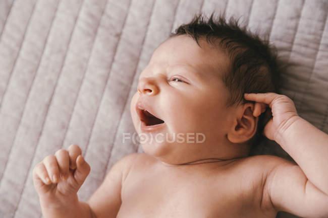 Ritratto di neonato sdraiato su una coperta — Foto stock