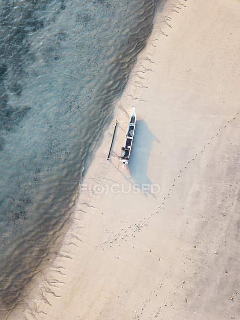Indonesia, Lombok, Vista aérea del barco banca en la playa - foto de stock