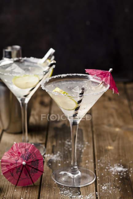 Zwei Gläser Margherita-Cocktail mit Limettenscheiben — Stockfoto