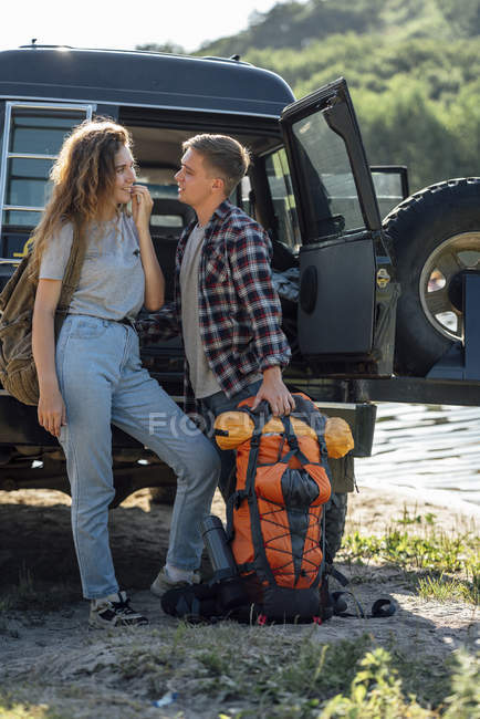 Young couple doing outdoor trip, hiking with backpacks — Foto stock