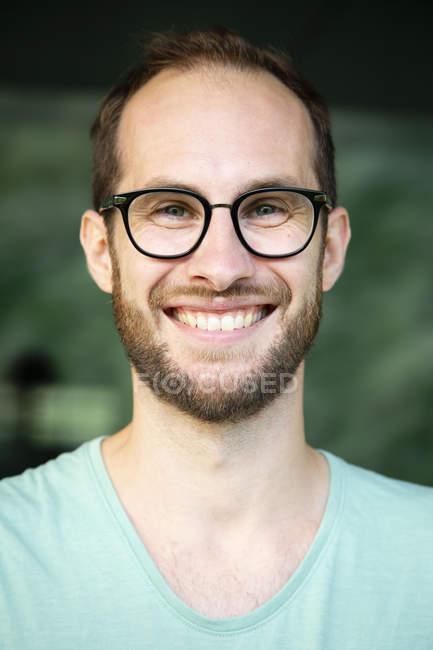 Ritratto di uomo felice con gli occhiali — Foto stock