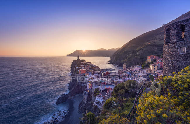 Italy, Liguria, La Spezia, Cinque Terre National Park, Vernazza at sunset — стоковое фото