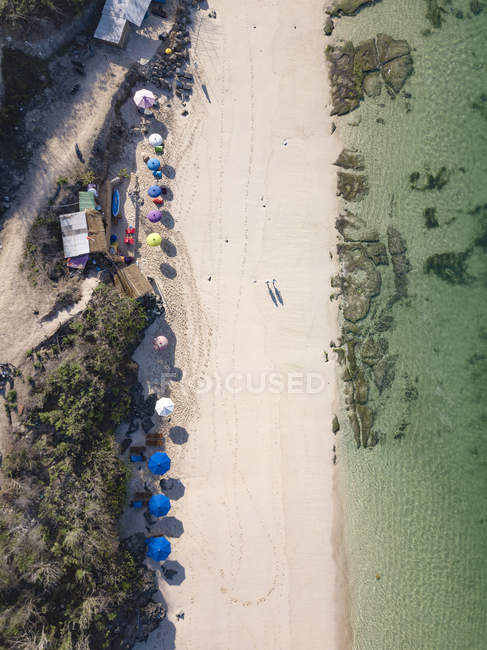 Indonesia, Bali, Vista aérea de la playa de Melasti - foto de stock